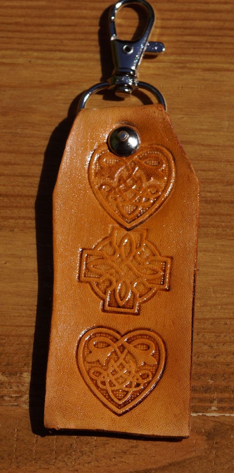 """Sleutelhanger van leer """" Keltische knoop + hartjes """" Tan"""